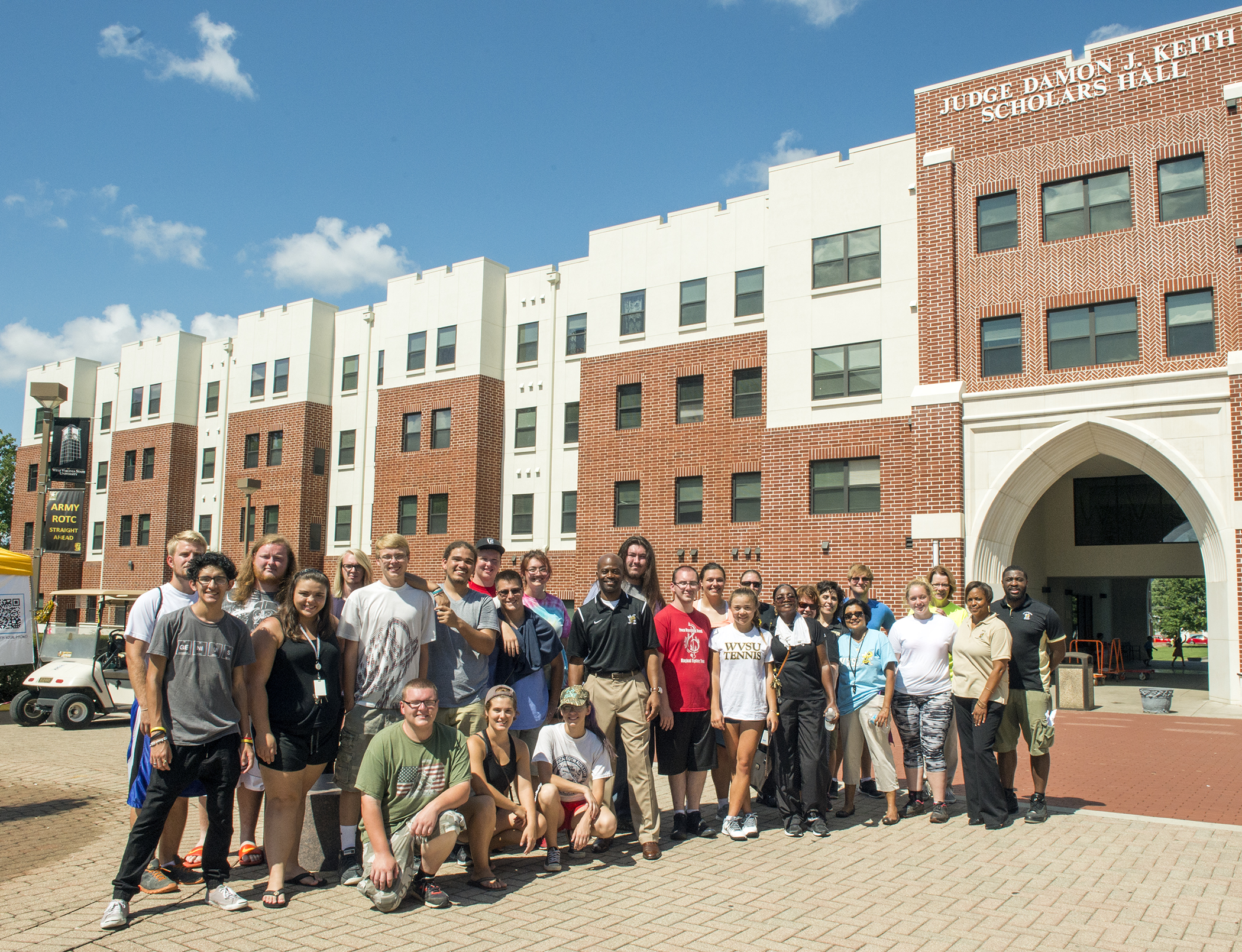 Move-in Day Volunteers and Residential Students